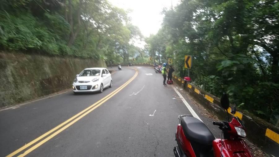 蔡男騎車白牌重機車自摔,幸路過車友發現報警求援。(熱心民眾提供/台中馮惠宜傳真)