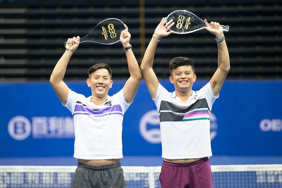 謝政鵬(右)、楊宗樺(左)在高雄海碩盃完成雙打衛冕,開心高舉水晶球拍獎盃。(海碩整合行銷提供/陳筱琳傳真)