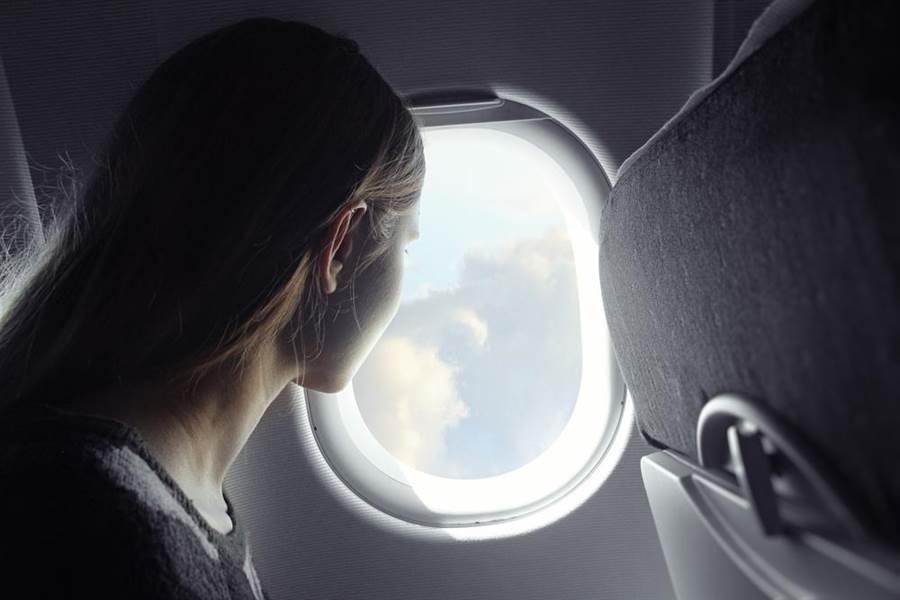 搭飛機窗外一看 颱風塔巴變這模樣。(圖/shutterstock)
