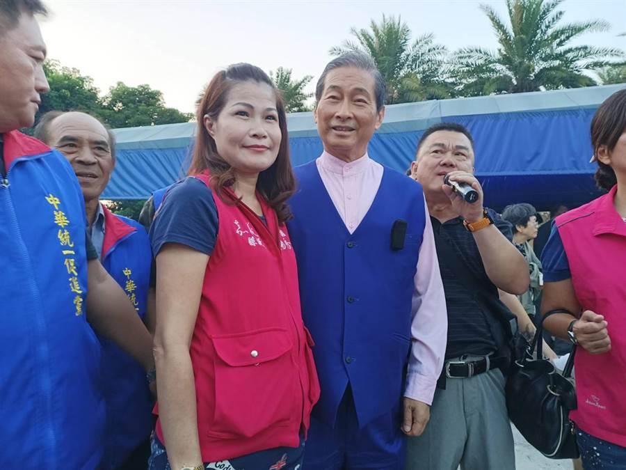 統促黨總裁張安樂(左四),今天到嘉義縣參加支持者支持活動,嘉義縣議員楊秀琴(左三)到場歡迎。(張毓翎攝)