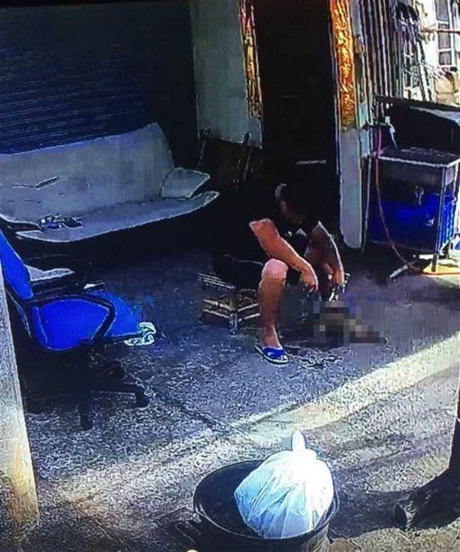 騎士目擊男子坐在檳榔攤前肢解動物屍體,疑似幼犬遭無情虐殺。(摘自臉書社團《梧棲串起來》)