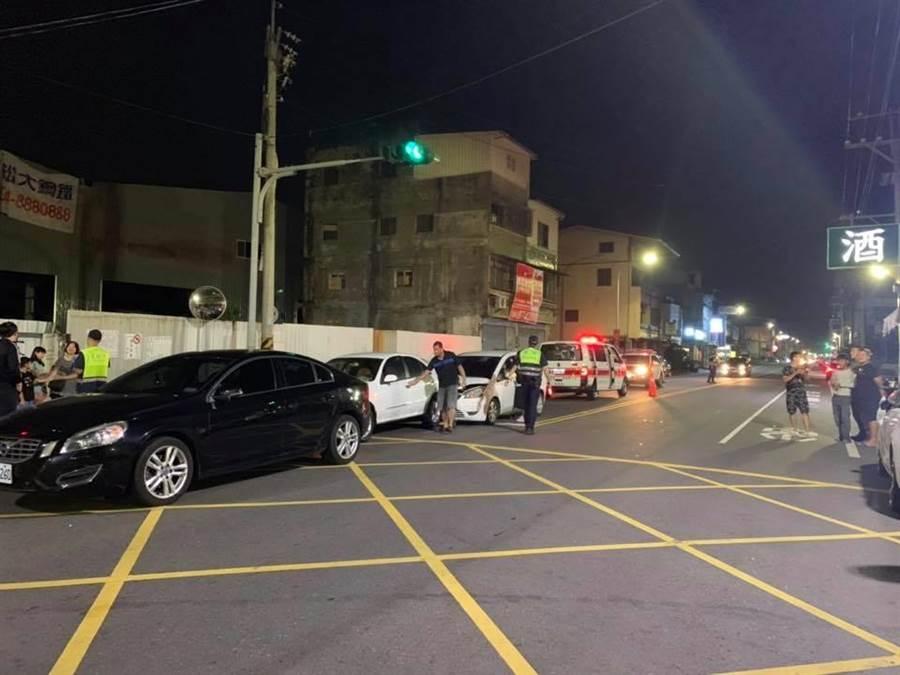 事故現場共三車碰撞,兩部在路口停等紅綠燈,號誌轉綠燈準備起步前行的車輛遭蕭如意從後方追撞。(摘自臉書「田中人」社團/謝瓊雲彰化傳真)