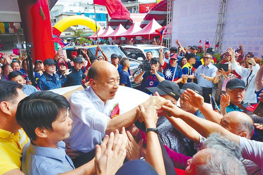 韓國瑜在清水紫雲巖停留40分鐘左右,離去前受到熱情支持者包圍,民眾爭相握手,並高喊「韓總統好」。(王文吉攝)