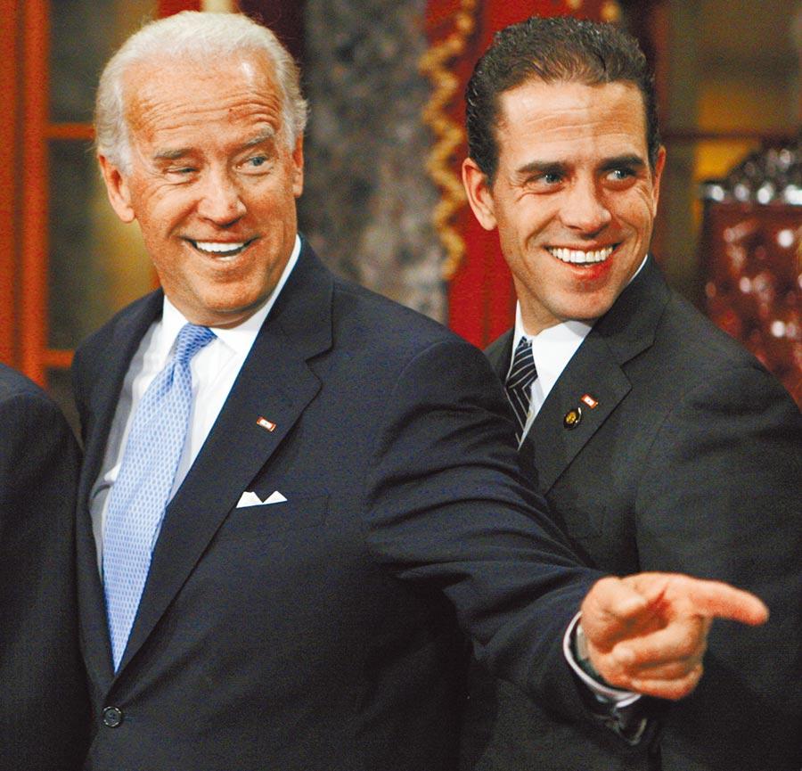 前美国副总统拜登(左)和次子韩特(右)2009年1月间在华府国会山庄的合影。美国总统川普被揭露7月间对乌克兰总统泽伦斯基施压,要求对方调查韩特的不当行为。(美联社)