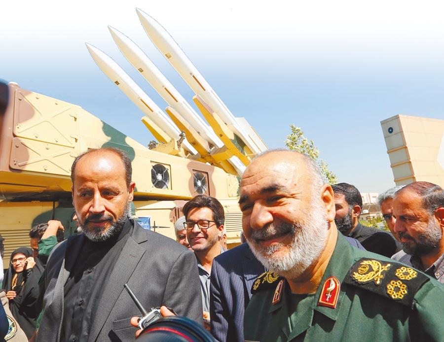 伊朗革命衛隊總司令薩拉米(右)警告那些想對伊朗動武的國家,一旦開戰,對方國土將成為主戰場。(法新社)
