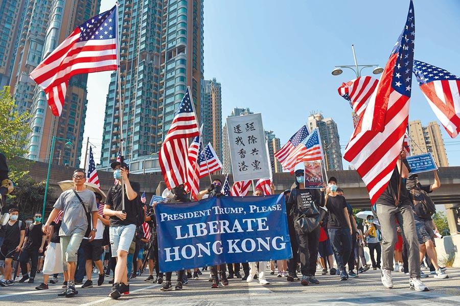 香港反送中運動餘波未了,21日下午在屯門有一場相關遊行,主辦單位稱逾3萬人參與。(法新社)