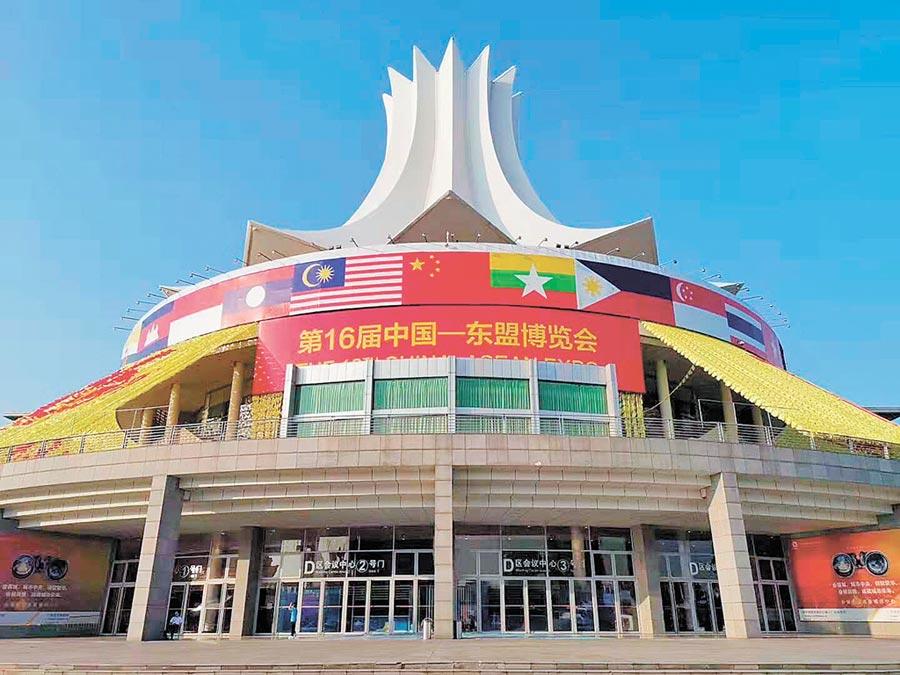 第十六屆中國─東盟博覽會的場館外布置了各國國旗。(記者葉文義攝)