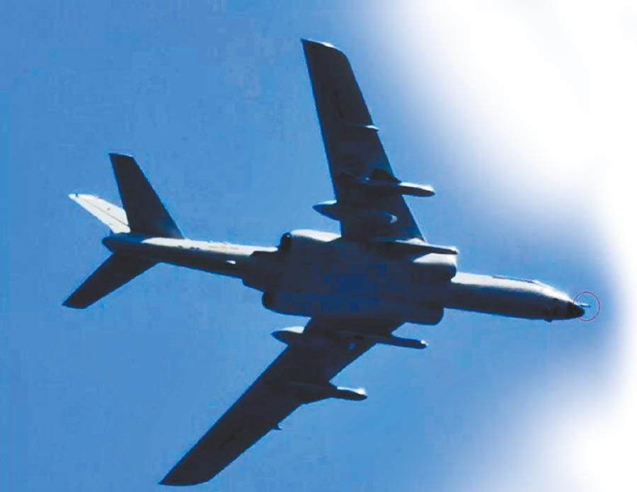 疑似加裝空中受油管(紅圈處)的轟6N型轟炸機。(取自網易談兵)
