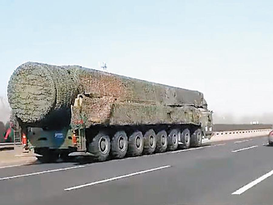 一輛疑似為東風-41洲際飛彈發射車在高速公路上疾馳。(微博@彩雲香江)