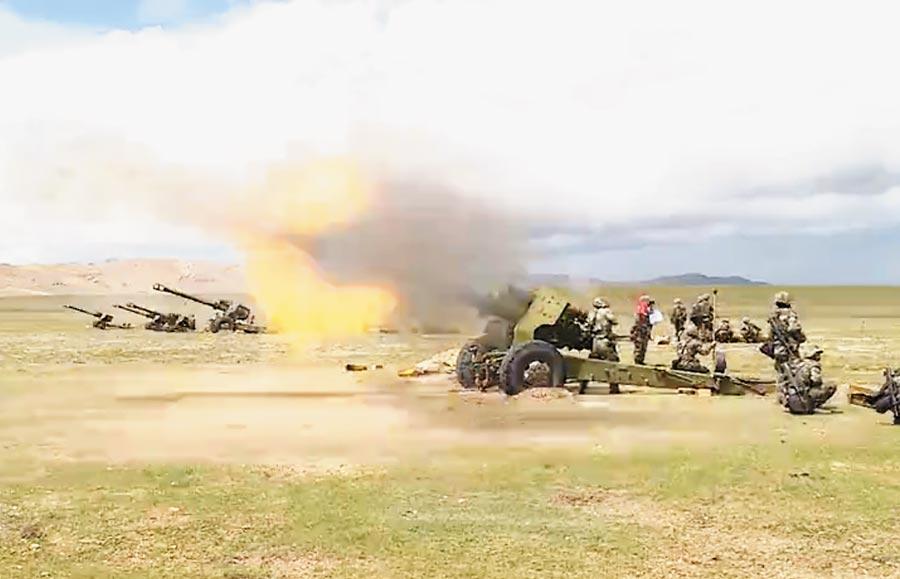 2017年8月6日中印邊界局勢緊張,大陸駐藏部隊舉行實彈演習。(取自中國軍網)