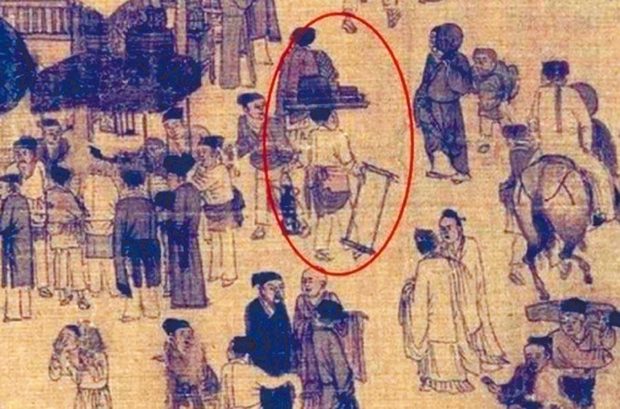 畫中茶館旁的夥計,左手兩個食盒、右手食具,身穿圍裙剛走出店,應是個「外賣小哥」。(取自微博@人民日報海外版-海外網)