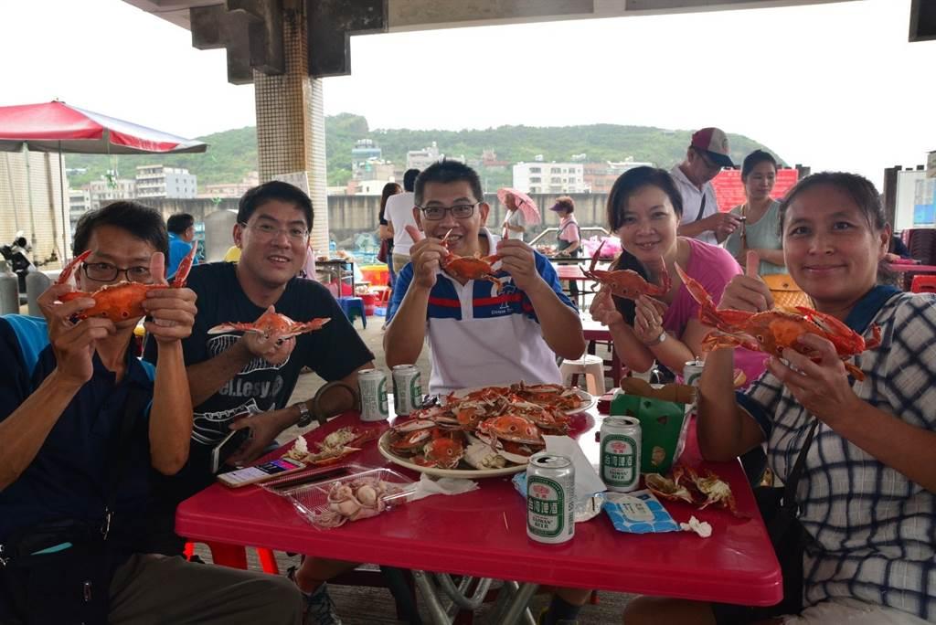 五位民眾手拿萬里蟹!萬里蟹新鮮好吃無法擋。(圖取自新北市漁業處官網)