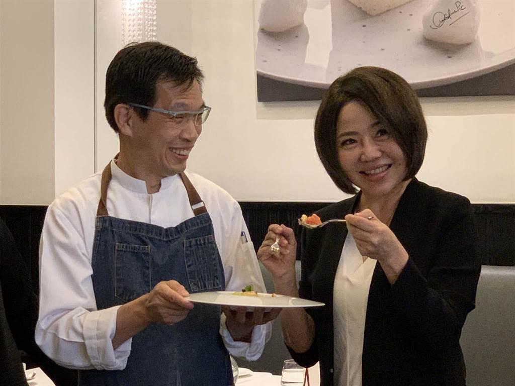 「豆油伯」醬油被高檔法國餐廳Thomas Chien餐飲總監簡天才(左)使用入菜,23日記者會上知名主持人于美人(右)也現身推薦。(柯宗緯攝)