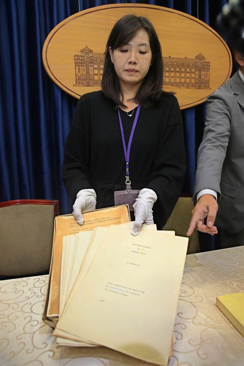 總統府23日召開記者會,亮出蔡英文總統在倫敦大學博士論文原稿。(陳君瑋攝)