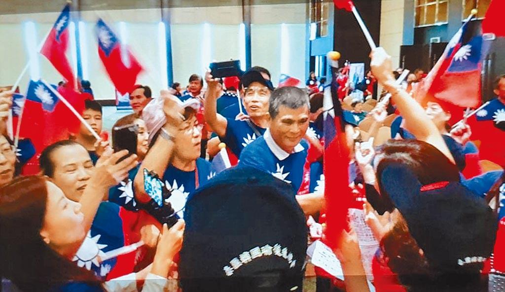 在泰國曼谷成立台商的挺韓後援總會,現場旗海飄揚,文山伯(中)代表韓國瑜參加。(張文山提供/林瑞益高雄傳真)