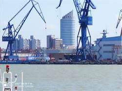 上海發布禁航令 滬東船廠075兩棲攻擊艦出塢下水