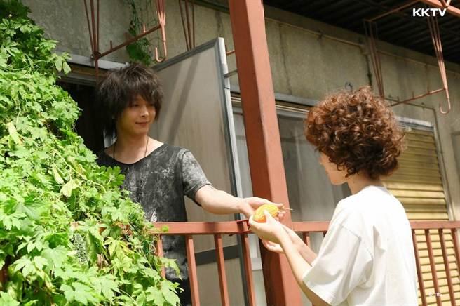 中村倫也飾演黑木華的新鄰居,苦瓜是兩人變熟的契機。(KKTV提供)