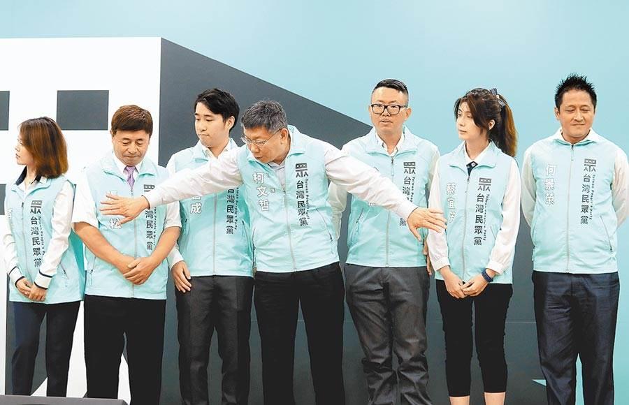 台灣民眾黨22日舉行立法委員提名記者會,身兼黨主席的台北市長柯文哲(中)帶領提名的參選人李佳玲(左起)、張幸松、朱哲成、何景榮(右起)、蔡宜芳、徐立信亮相。(陳怡誠攝)