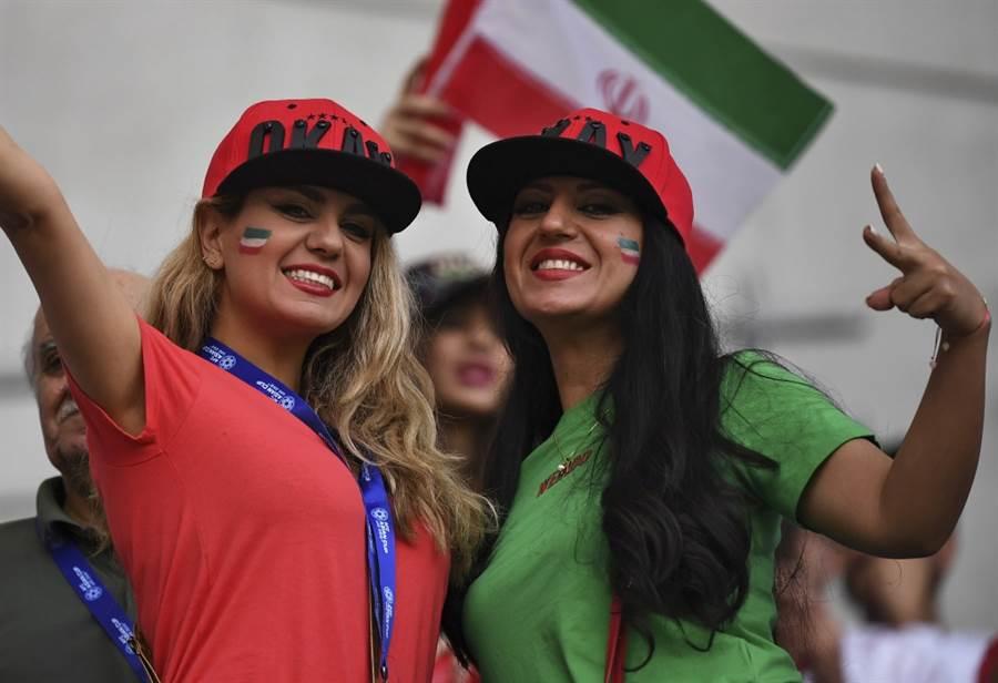 伊朗女性足球迷在德黑蘭的球場看比賽轉播。(美聯社資料照)