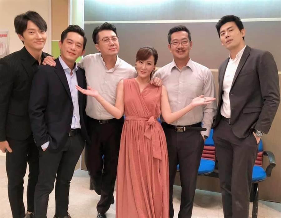 邱琦雯(右三)與《大時代》演員合影。取自臉書