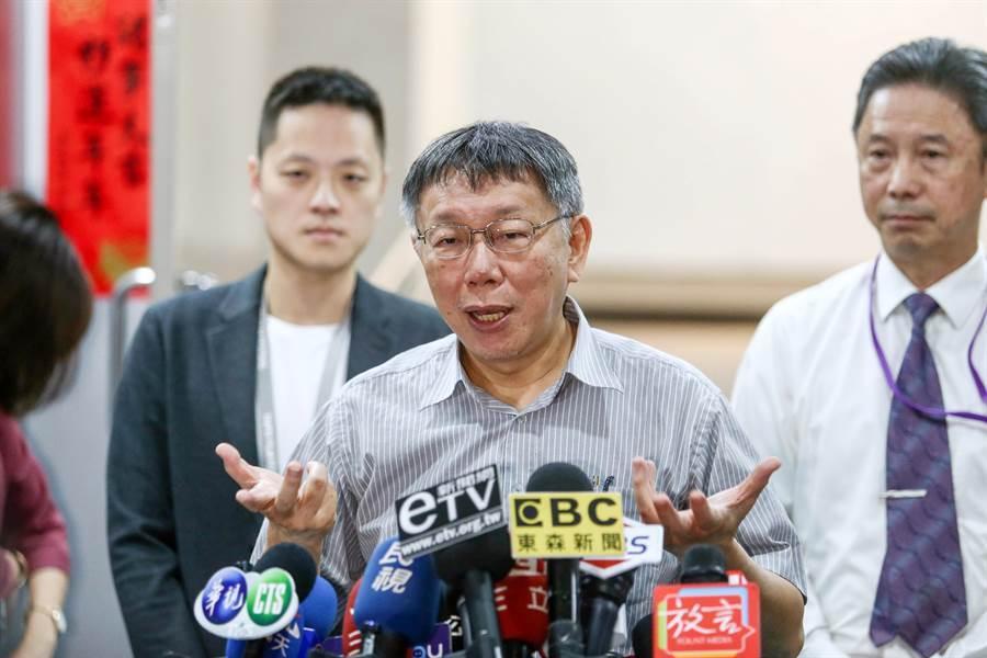 台北市長柯文哲23日受訪時,針對總統府秘書長陳菊是否備詢一事,他回應「她就是大號的吳音寧」。(鄧博仁攝)
