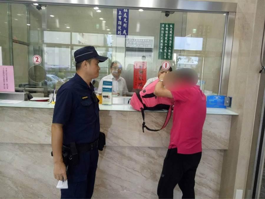 王姓男子日前提款800萬元,警方到場護鈔。(翻攝照片/林瑞益高雄傳真)