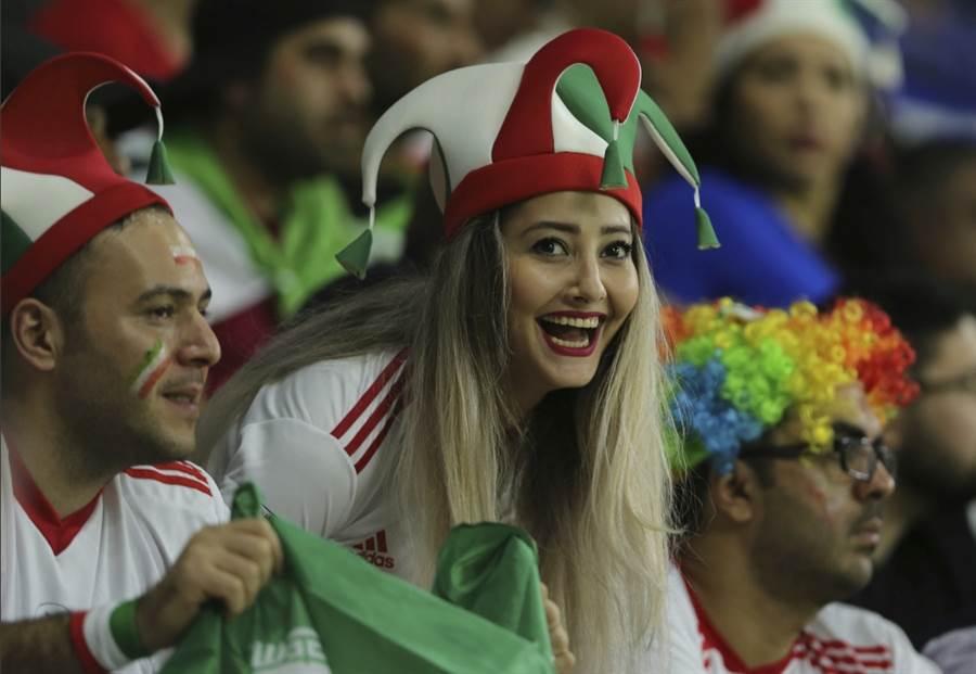 伊朗女球迷在國外觀看與伊拉克的足球比賽。(美聯社資料照)