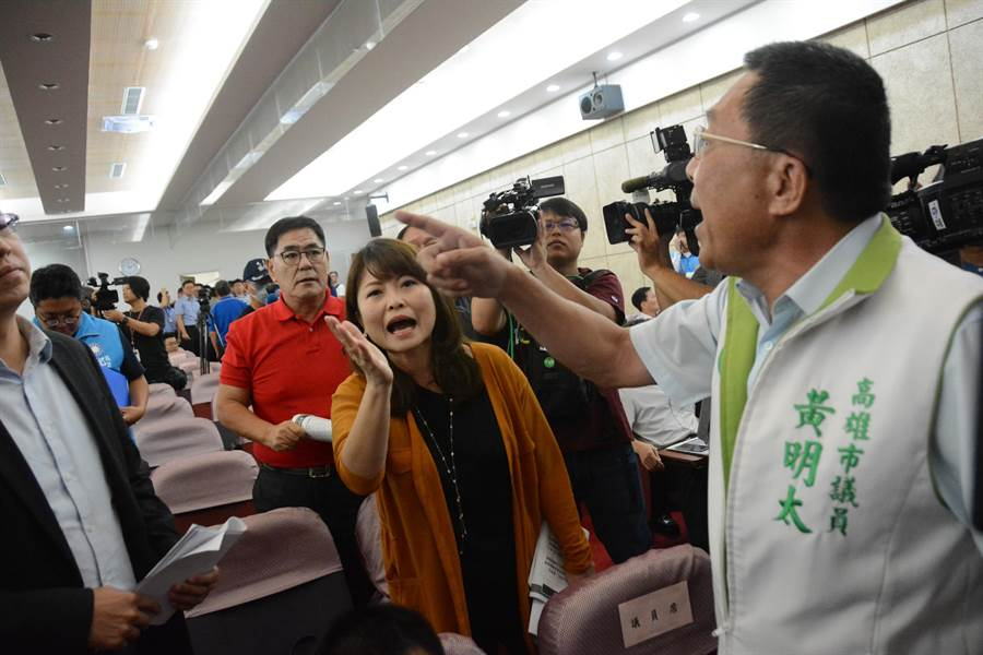 高雄巿總預算說明會23日在高雄巿議會舉行,頭一遭出現藍綠大吵。(林宏聰攝)