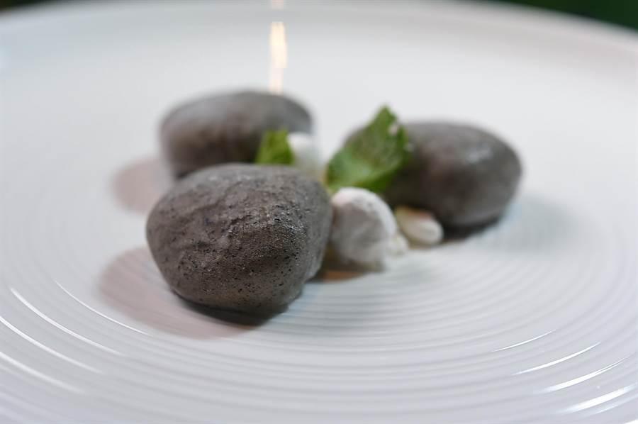 〈 S Restaurant & Bar〉主廚 Constant 張卓智作的這道菜名為〈石頭2.0〉,是用伯爵紅茶及稻草炭粉包覆蘋果白蘭地慕斯,外觀形色確實有如石頭。(圖/姚舜)