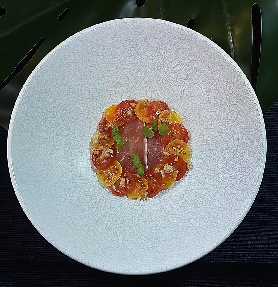 呈盤搶眼悅目的開胃小點〈番茄柴魚/伊比利火腿〉,是用柴魚高湯為紅、黃小番茄賦味後,搭配鹹香鮮的伊比利火腿提味。(圖/姚舜)