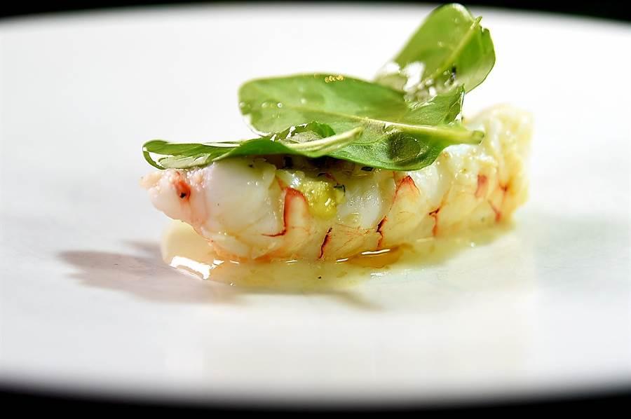 〈角蝦/酒麴〉是將角蝦煎熟,再以用米麴、芝麻油與蛋白作的醬汁和鳳梨莎莎提味,然後再淋了點榛果油添香。(圖/姚舜)