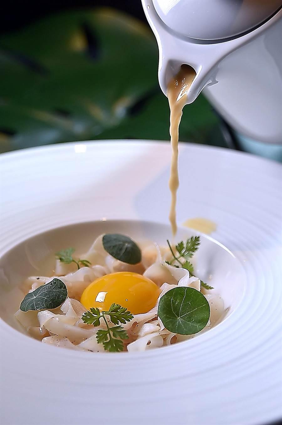 品嘗用花枝薄片「客串」麵條的〈花枝/蛋黃〉時,會再沖入香芧龍蝦湯增益滋味。(圖/姚舜)