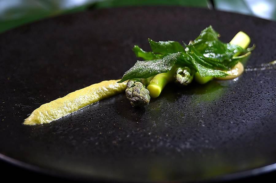 Constant  張卓智料理的〈蘆筍/味噌〉,綠色醬是將蘆筍皮和梗打成泥並拌入奶油和味噌提味。(圖/姚舜)