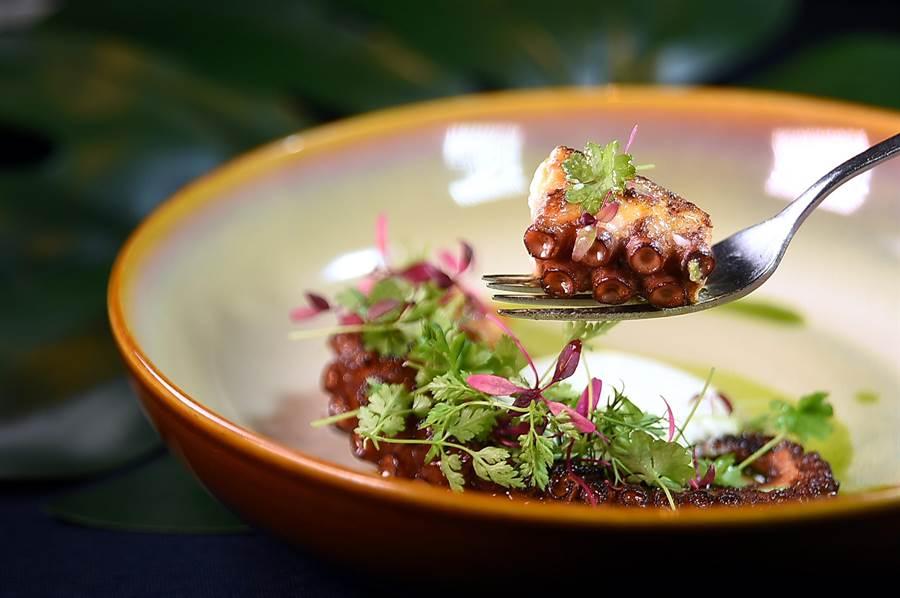 〈S Restaurant & Bar〉的招牌菜式〈章魚/洋芋〉,是將章魚腳慢燉12小時後再用雪雪莉酒醋香煎,吃食時可沾九層塔油提味。(圖/姚舜)