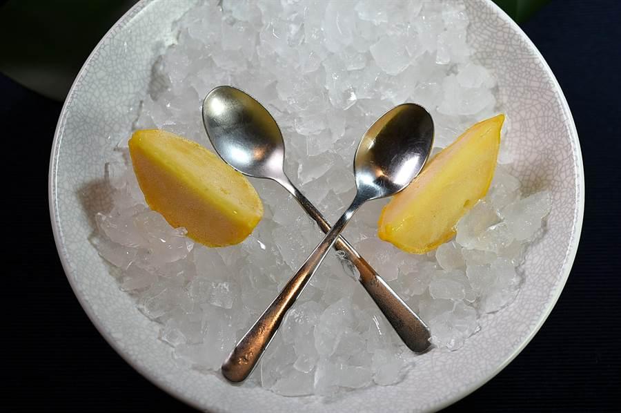 Constant  張卓智設計的餐後甜點〈柳橙/柳橙〉,是在糖煮柳橙中鑲入柳橙Sorbet,雪酪上並灑了孜然粉提味。(圖/姚舜)