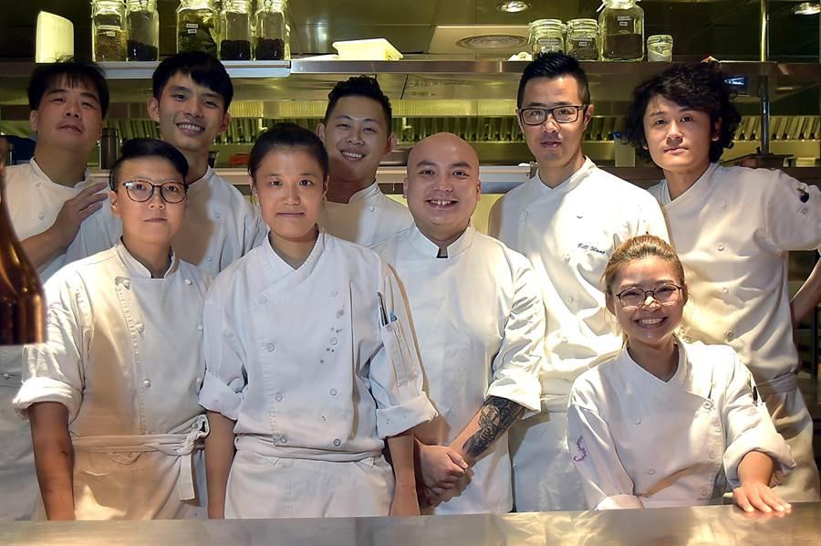 汪小菲口中的Constant張卓智(中),不只作菜好吃好看,廚房管理能力也很強。(圖/姚舜)