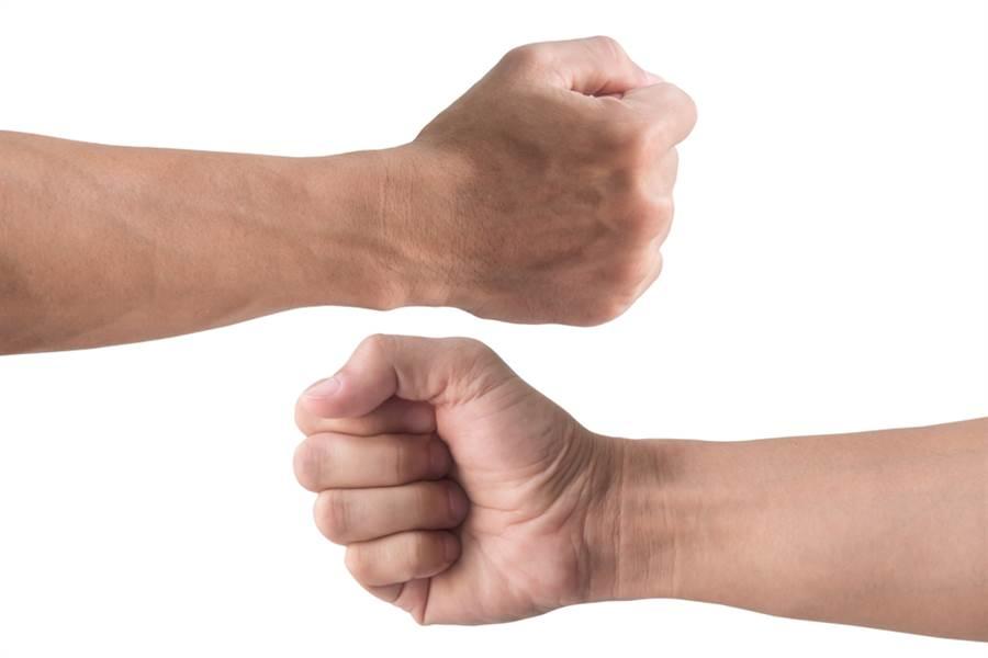 研究顯示,握力差的人較容易罹患心血管疾病。(達志影像)
