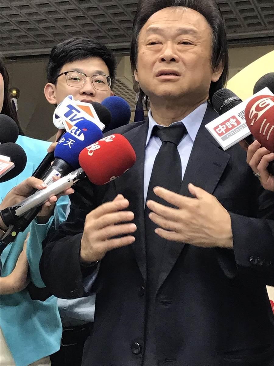 台北市議員王世堅抨擊柯市府對士林夜市攤商天價賣水果惡劣行為束手無策。(陳俊雄攝)