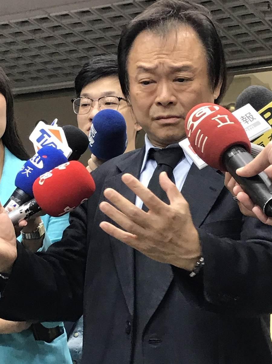 台北市議員王世堅痛批台北市長柯文哲,連渣男都不夠格。(張薷攝)