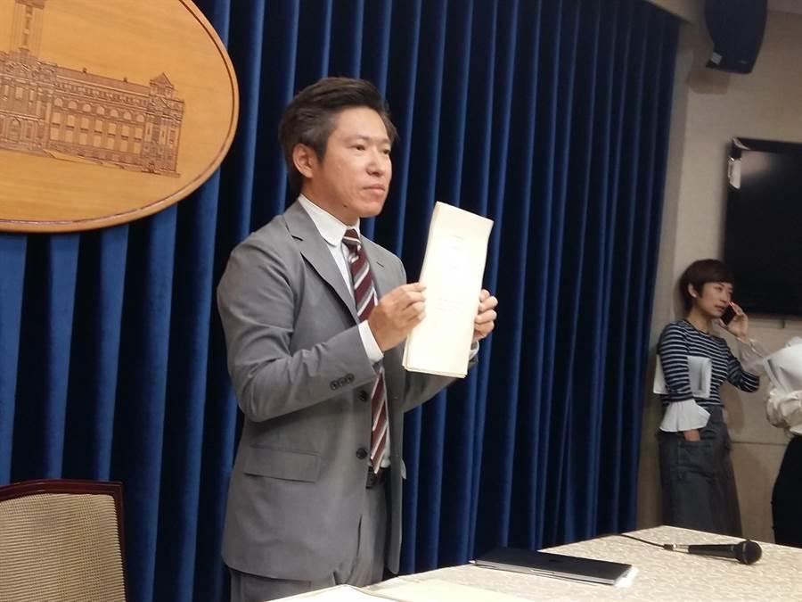總統府發言人張惇涵出示蔡英文畢業證書(崔慈悌攝)