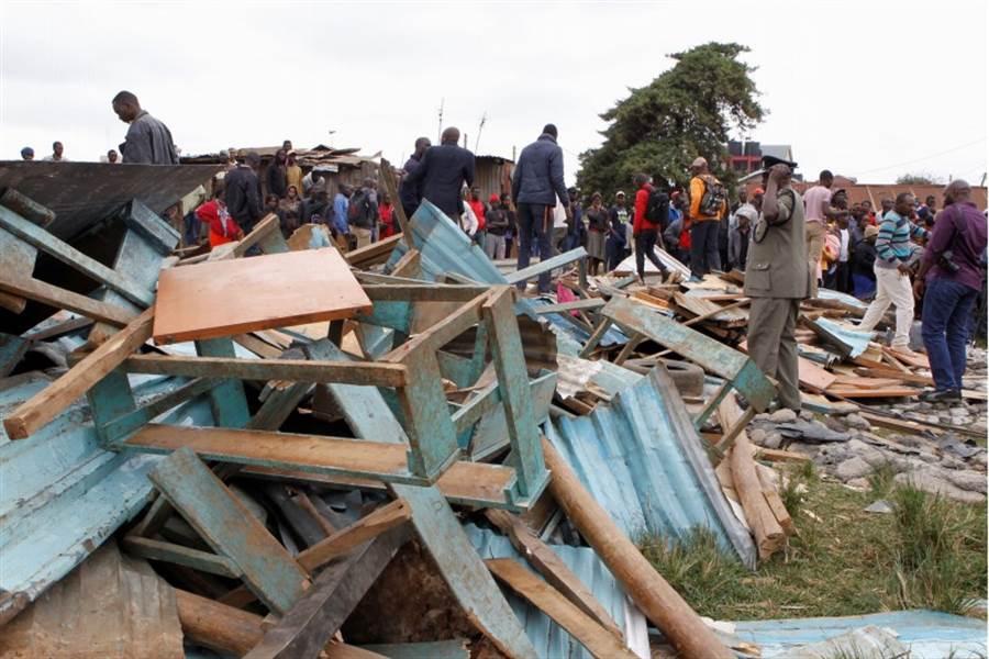 肯亞首都奈洛比發生小學牆壁倒塌,造成上百名學童受困,其中己造成7人死亡。(圖/路透社)
