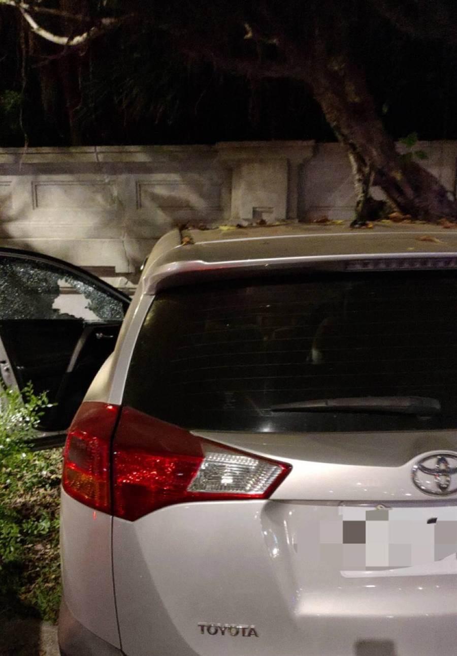 40多歲的休旅車駕駛疑似癲癇發作,撞擊台北賓館的圍牆後車輛停止,警消立即將人送醫救治。(翻攝照片/李文正台北傳真)