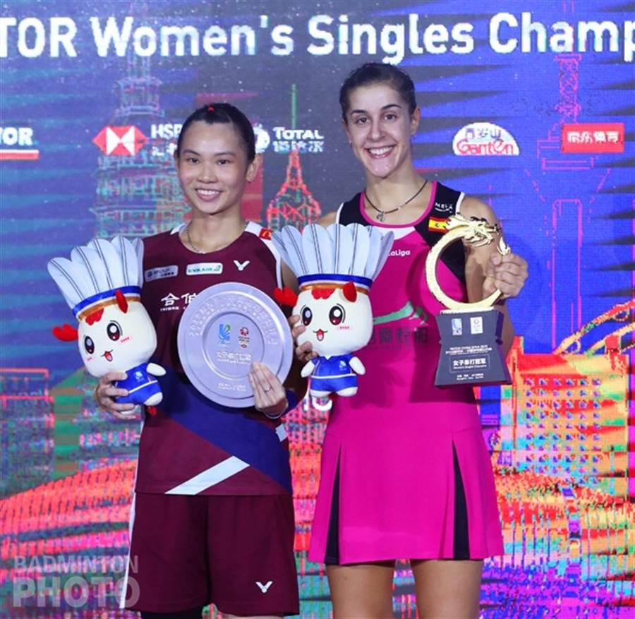 西班牙好手馬琳(右)在中國羽球公開賽女單決賽擊敗戴資穎(左)完成連霸,不過今天宣布退出韓國羽球公開賽。(資料照/Badminton Photo提供、陳筱琳傳真)