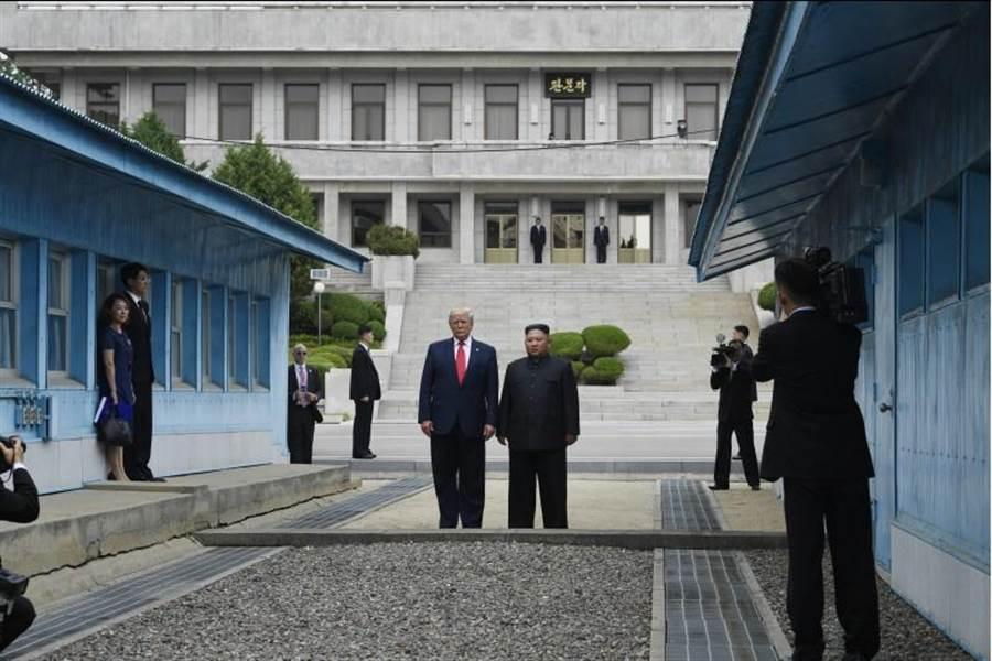 儘管美國總統川普希望和北韓達成和平協議以做為連任外交政績,但仍將強壓南韓增加美駐韓費用。圖為川普和金正恩一起跨越北緯38度線,在板門店北韓一側合影。(美聯社)