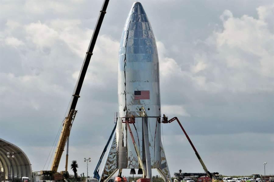 原本的星艦火箭,三片尾翼同時擔任腳架的功能。(圖/spaceX)