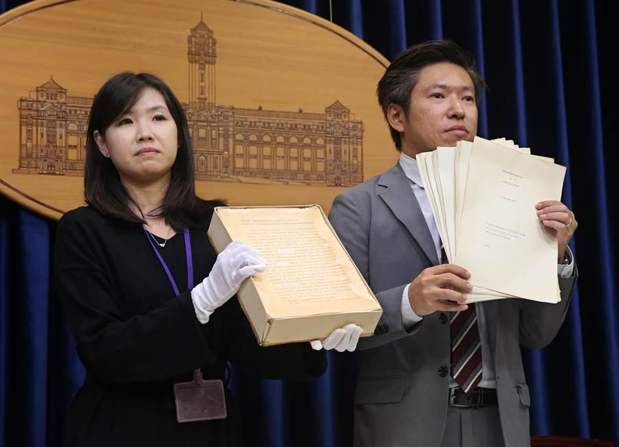 圖為總統府23日召開記者會,亮出蔡英文總統在倫敦大學博士論文原稿。(陳君瑋攝)