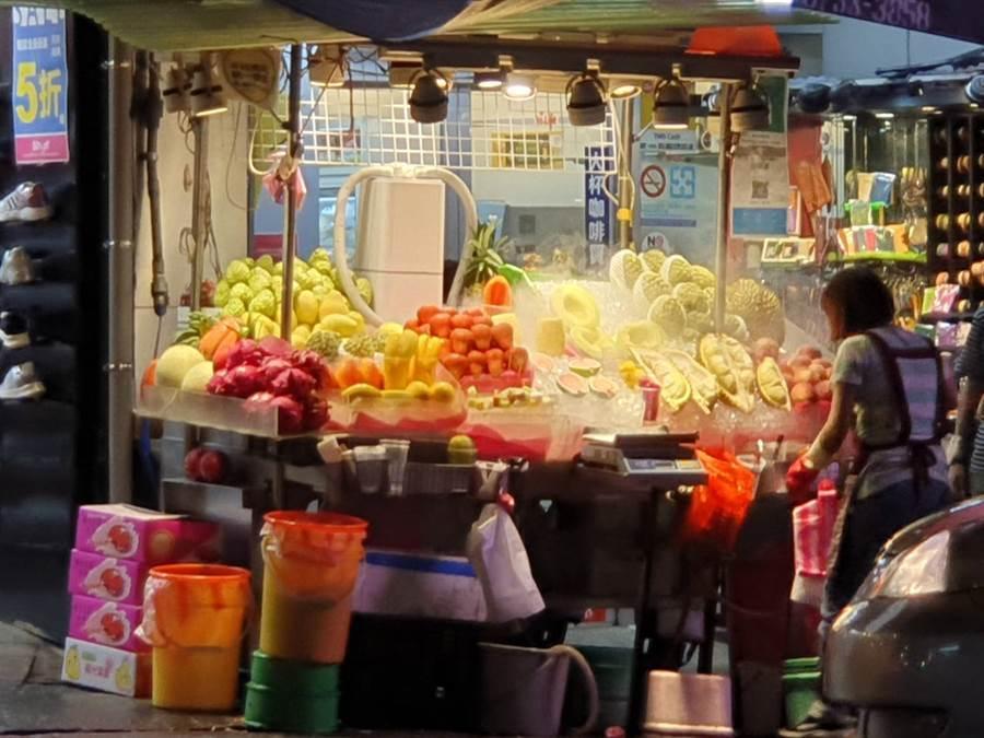 士林夜市口這家現削水果攤賣出一袋要價$1089的水果。(圖/摘自《我是北投人》臉書粉絲團)