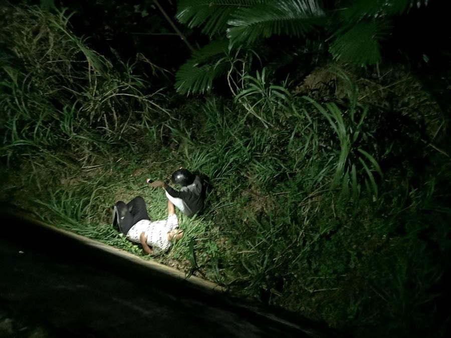 彰化139大彰路今晚傳出車禍意外,一輛自小客車自撞路樹後,後座兩名年輕男子遭拋飛,當場摔落邊坡,所幸無生命危險。(彰化縣消防局提供/謝瓊雲彰化傳真)
