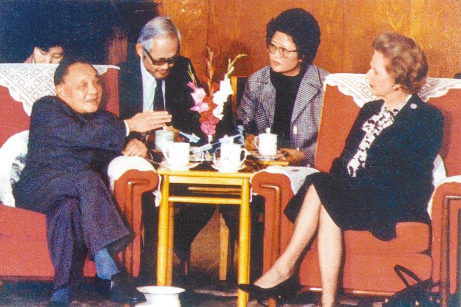 1984年12月19日,大陸前領導人鄧小平(左)會見英國前首相柴契爾夫人,闡述「一國兩制」的構思。(中新社)