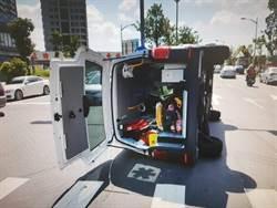 載車禍傷婦 救護車遭撞側翻路口